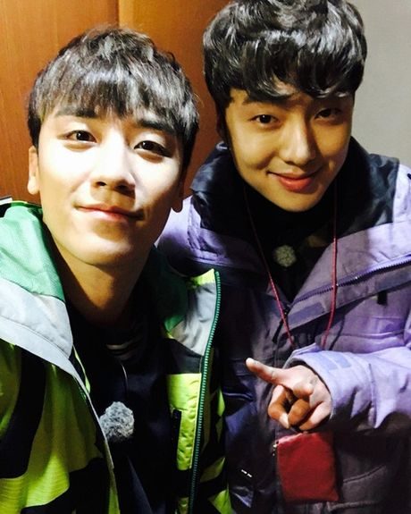 Sao Han 29/11: Yoon Ah dep 'ao dieu', Sulli tuoi cuoi du mat bo pho - Anh 8