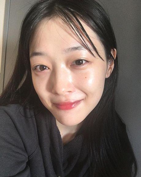 Sao Han 29/11: Yoon Ah dep 'ao dieu', Sulli tuoi cuoi du mat bo pho - Anh 9
