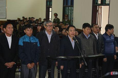Nguyen Chu tich huyen Ky Anh bat ngo khai tai toa... 'bi ep' - Anh 1