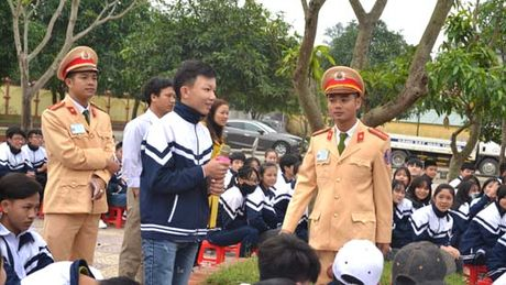 Hon 1000 hoc sinh truong THPT Nghi Loc 3 cam ket ATGT - Anh 2