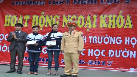 Hon 1000 hoc sinh truong THPT Nghi Loc 3 cam ket ATGT - Anh 4