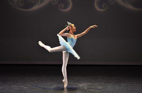 Gap go nu sinh 13 tuoi voi hon 10 nam tren san dien Ballet - Anh 4