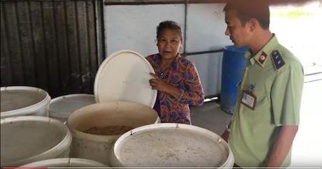 Phat hien co so san xuat banh keo tu nguyen lieu het han - Anh 1