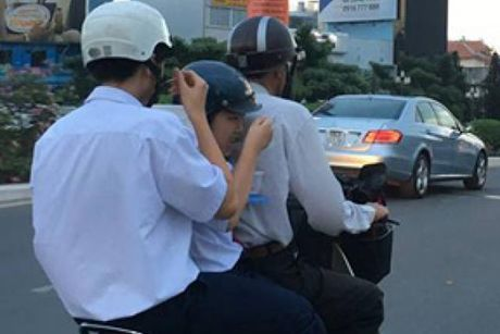 Giat minh voi canh hoc sinh an com 'chay' de hoc them - Anh 1