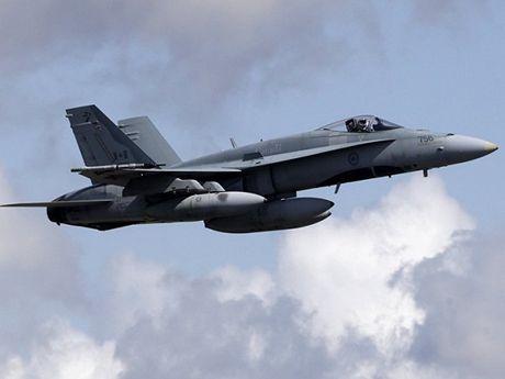 May bay chien dau CF-18 Hornet cua Canada roi, phi cong thiet mang - Anh 1