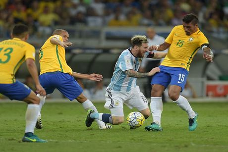 Lionel Messi moi di tren dung chiec may bay vua roi o Colombia - Anh 1