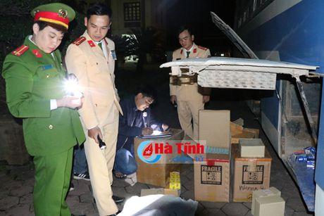 Bat xe khach bien Lao cho phu tung xe may, quan ao 'lau' - Anh 1