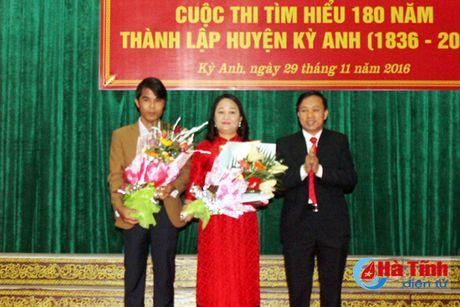 Trao thuong thi Tim hieu lich su 180 nam thanh lap huyen Ky Anh - Anh 2