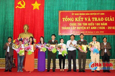Trao thuong thi Tim hieu lich su 180 nam thanh lap huyen Ky Anh - Anh 5