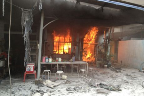 Nam Dinh: Vo chong chet bat thuong trong ngoi nha dang boc chay du doi - Anh 1