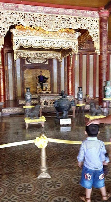 Thuc hu hinh anh co nguoi ngoi len ngai vang trong Dai Noi Hue - Anh 1