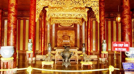 Thuc hu hinh anh co nguoi ngoi len ngai vang trong Dai Noi Hue - Anh 2