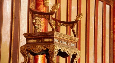 Thuc hu hinh anh co nguoi ngoi len ngai vang trong Dai Noi Hue - Anh 3