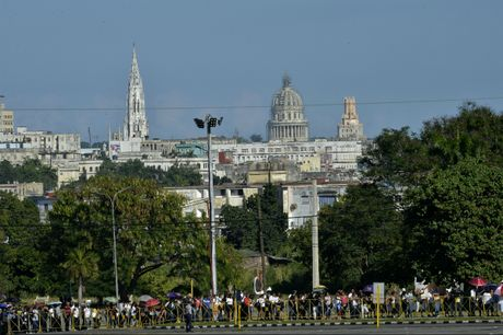 Hang tram nghin nguoi doi vao tien biet lanh tu Fidel Castro - Anh 1