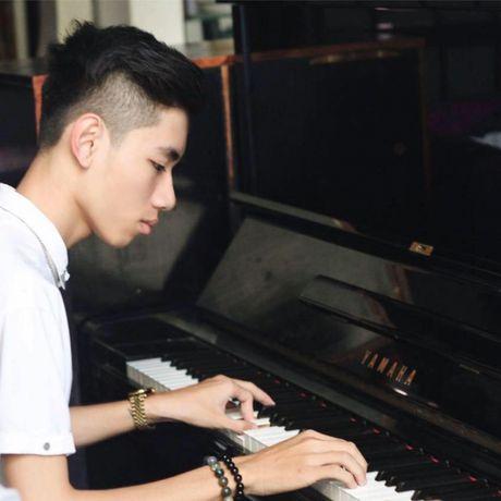 Chang trai vua bit mat vua choi DJ tren dan organ - Anh 1