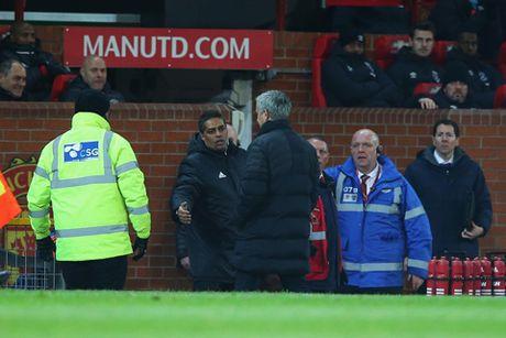 Da chai nuoc, Mourinho doi mat voi an phat cam chi dao 3 tran - Anh 1