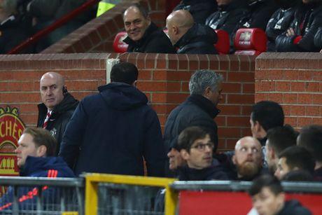Da chai nuoc, Mourinho doi mat voi an phat cam chi dao 3 tran - Anh 2