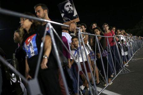 Dong nguoi Cuba xep hang dai vieng lanh tu Fidel Castro - Anh 11