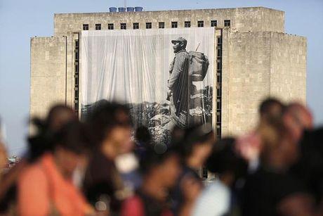 Dong nguoi Cuba xep hang dai vieng lanh tu Fidel Castro - Anh 12