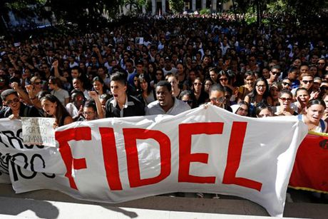 Dong nguoi Cuba xep hang dai vieng lanh tu Fidel Castro - Anh 13
