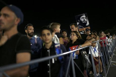 Dong nguoi Cuba xep hang dai vieng lanh tu Fidel Castro - Anh 1