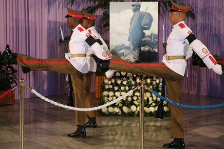 Dong nguoi Cuba xep hang dai vieng lanh tu Fidel Castro - Anh 6