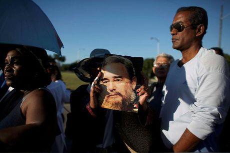Dong nguoi Cuba xep hang dai vieng lanh tu Fidel Castro - Anh 8