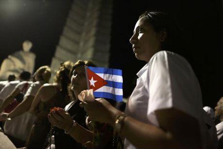 Dong nguoi Cuba xep hang dai vieng lanh tu Fidel Castro - Anh 9
