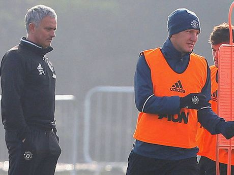 Bastian Schweinsteiger lan dau tien ra san thoi Jose Mourinho? - Anh 2