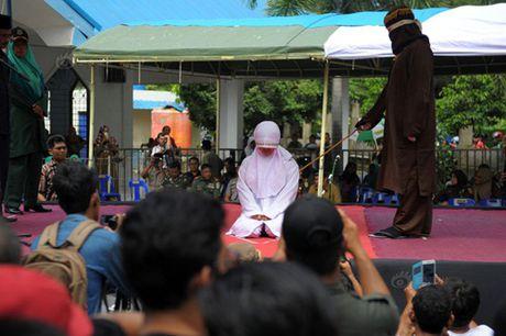 Ngoai tinh, co gai Indonesia lanh du 100 roi dau don - Anh 2