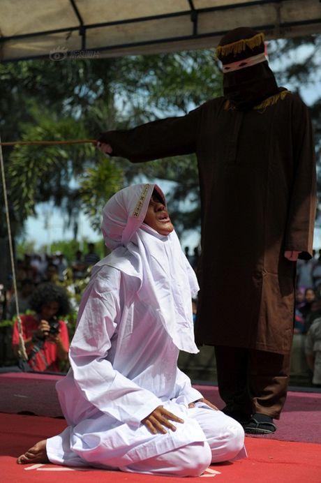 Ngoai tinh, co gai Indonesia lanh du 100 roi dau don - Anh 3