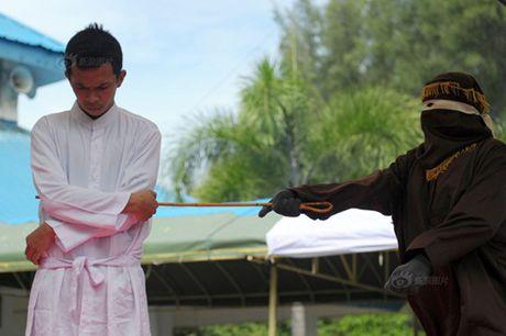 Ngoai tinh, co gai Indonesia lanh du 100 roi dau don - Anh 5