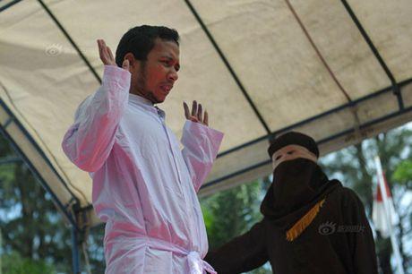 Ngoai tinh, co gai Indonesia lanh du 100 roi dau don - Anh 6