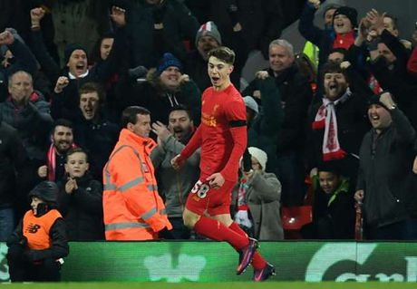 Ben Woodburn tro thanh tay san ban tre nhat lich su Liverpool - Anh 1