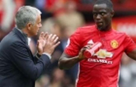 Mourinho bao tin vui cho CDV M.U giua tam bao - Anh 2