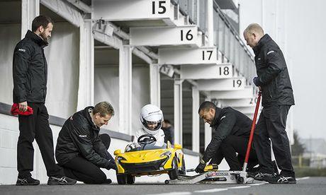 Cau be 6 tuoi cam lai 'sieu xe' McLaren P1 - Anh 1