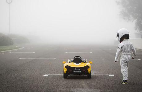 Cau be 6 tuoi cam lai 'sieu xe' McLaren P1 - Anh 2