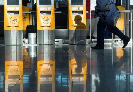 Phi cong Hang Lufthansa (Duc) lai dinh cong, nhieu chuyen bay bi huy - Anh 1