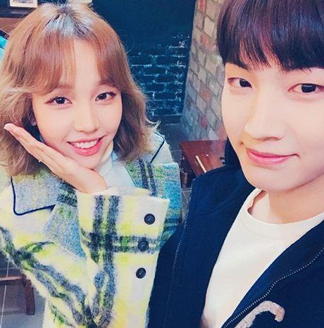 Sao Han 30/11: Soo Young khoe chan dai an tuong, Jin Woo (Winner) deo sung cute - Anh 1