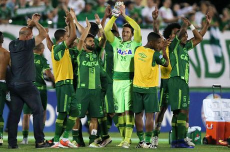 Roi may bay cho cau thu Brazil: Nguyen nhan gay nhieu tranh cai - Anh 6