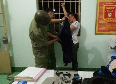 Bat ke 'vac' dao di trom xe roi chem 2 nguoi trong thuong - Anh 1
