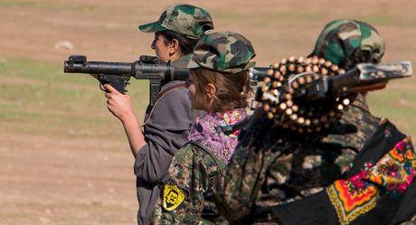 Clip: Nhung nu binh chong khung bo trong hang ngu quan doi Syria - Anh 1