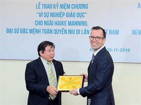 Trao Ky niem chuong 'Vi su nghiep Giao duc' cho Dai su NewZealand - Anh 1