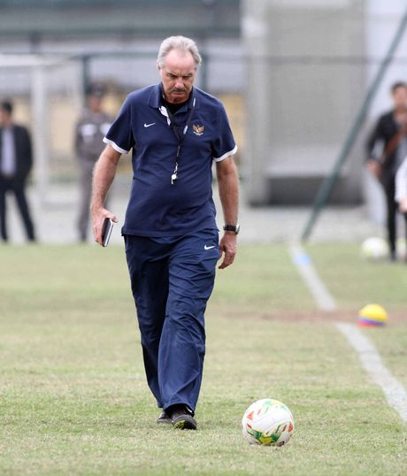 AFF Cup 2016: HLV Alfred Riedl gui thong diep thach thuc tuyen Viet Nam - Anh 5