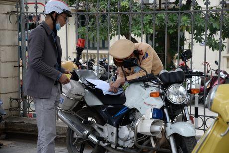 Phat xe khong chinh chu: CSGT Ha Noi duoc cap smartphone - Anh 1