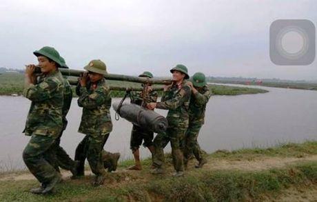 Ha Tinh: Truc vot duoi long song qua bom nang hon 2 ta - Anh 1
