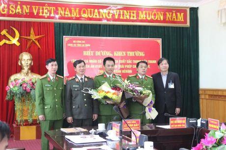 Lai Chau: Khen thuong chuyen an bat vu van chuyen 17 banh heroin - Anh 1