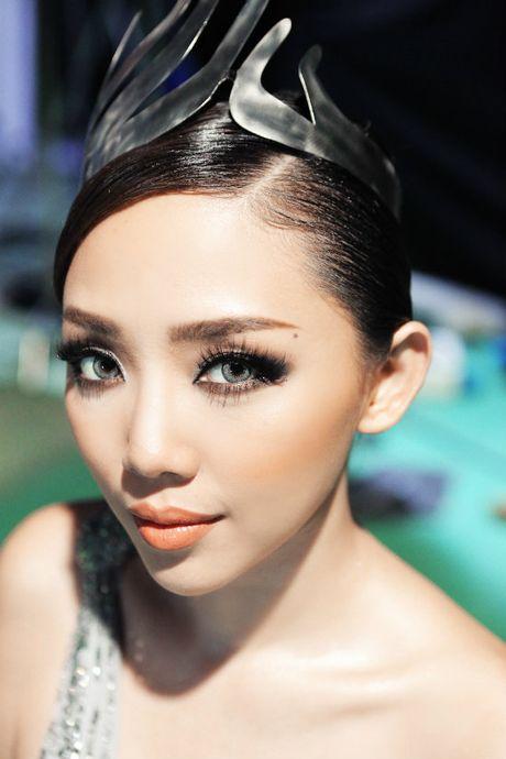 Toc Tien bat ngo xuat hien, do dang cap selfie voi bo ba The Face - Anh 1
