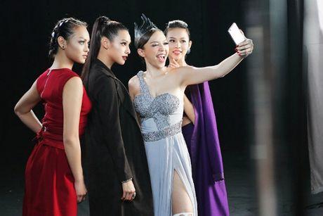 Toc Tien bat ngo xuat hien, do dang cap selfie voi bo ba The Face - Anh 9