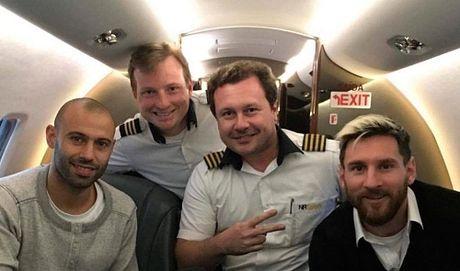 Messi tung di may bay cho doi bong Brazil gap nan - Anh 1